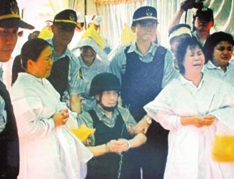 死刑囚犯戴脚镣跪行祭父 20名警察全副武装押解
