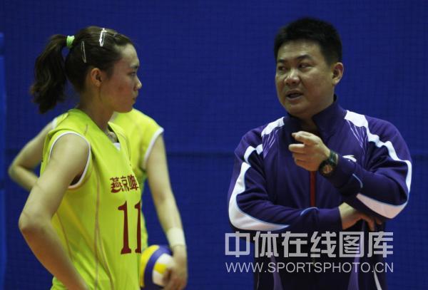 蔡斌签约北京女排 走马上任指导队员