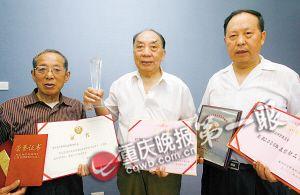 """""""爷爷维权团""""发起者吴良仕、皮志贤、梁义平(从左至右)。 记者 张质 摄"""