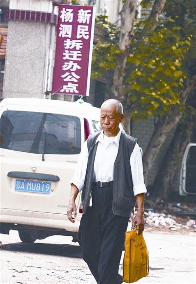 刘爹爹每次带着希望去领取本该属于自己的补偿费,却一次又一次的失望而回。