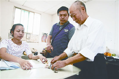 经过两年多的往返奔波,昨日,刘爹爹终于领到了属于自己的补偿费。