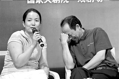 吕丽萍在会上发言时,孙海英偷着乐。本报记者吴平摄