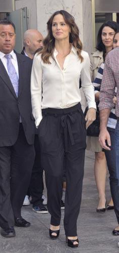 一件白衬衫穿出万种风情:珍妮佛-加纳