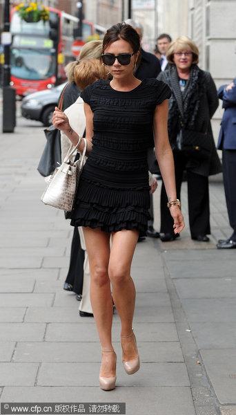 幻灯:辣妹超短裙铂金包高调亮相 美腿吸引众人图片