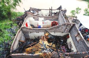 昨日,梁平县回龙镇回龙村,一家村民的房顶被大风揭掉