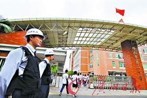 在佛山市第二中学,学生上学放学时间有治安员在门口站岗。 记者张宇杰摄