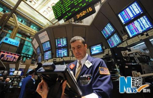 5月6日,交易员在美国纽约证券交易所内工作。当日,在欧洲债务危机的重压下,纽约股市暴跌,截至收盘,三大股指的跌幅均超过3%,而道琼斯指数盘中瞬间曾一度下跌将近1000点,是历史上单日下跌点数最多的一次。新华社记者申宏摄