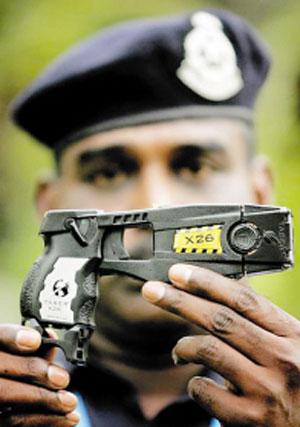 图文:职棒大联盟现惊人暴力 警察展示泰瑟枪
