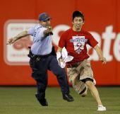 图文:职棒大联盟现惊人暴力 警察紧追球迷