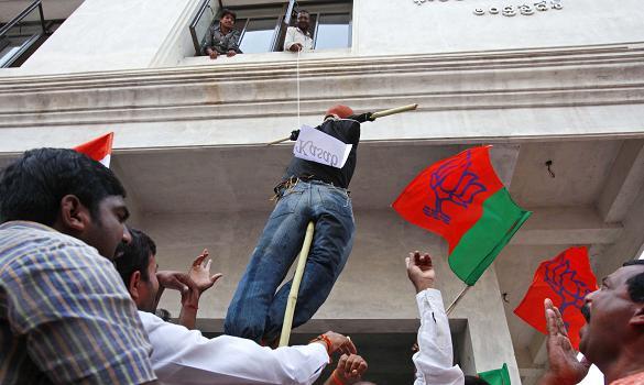 民众制造接受绞刑的卡萨布人偶.