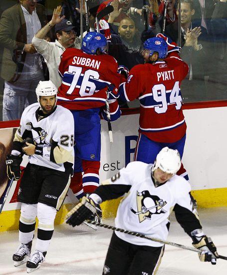 图文:加拿大人3-2力克企鹅 与球迷互动