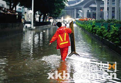 日均投入1个亿治理,但水浸仍严重。在杨箕水浸路段,市政工人扛着工具去清理下水口。新快报记者黎湛均/摄