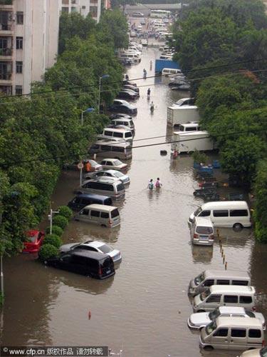 2010年5月7日,广州,一夜暴雨的黄石花园一片泽国。黄石家私城停车场。