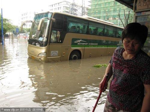 2010年5月7日,广州,一夜暴雨的黄石花园一片泽国。一辆机场大巴熄火等待救援。