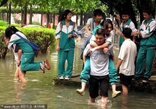 2010年5月7日,广州,一夜暴雨的黄石花园一片泽国