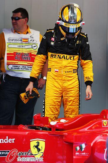 图文:2010F1西班牙站排位赛 库比卡关注法拉利