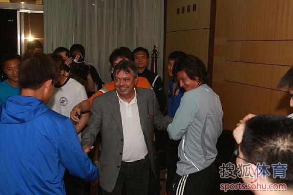 图文:[中超]陕西连夜换帅 科萨和李毅握手