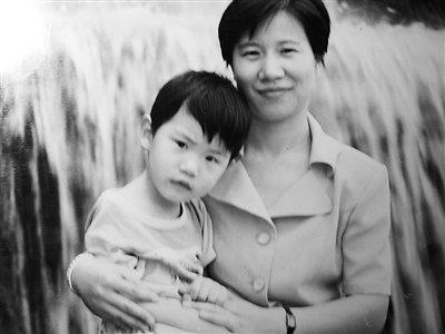 刘莉莉/上图为刘莉莉多年前和儿子的合影。