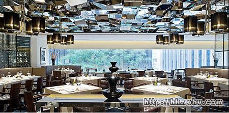 岑柏涛构思餐厅间隔,再由日本设计工作室Design Post把想像变成真实,布置高雅简约,气氛舒服自在。