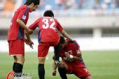 图文:[中超]陕西0-3南昌 为队友擦金靴