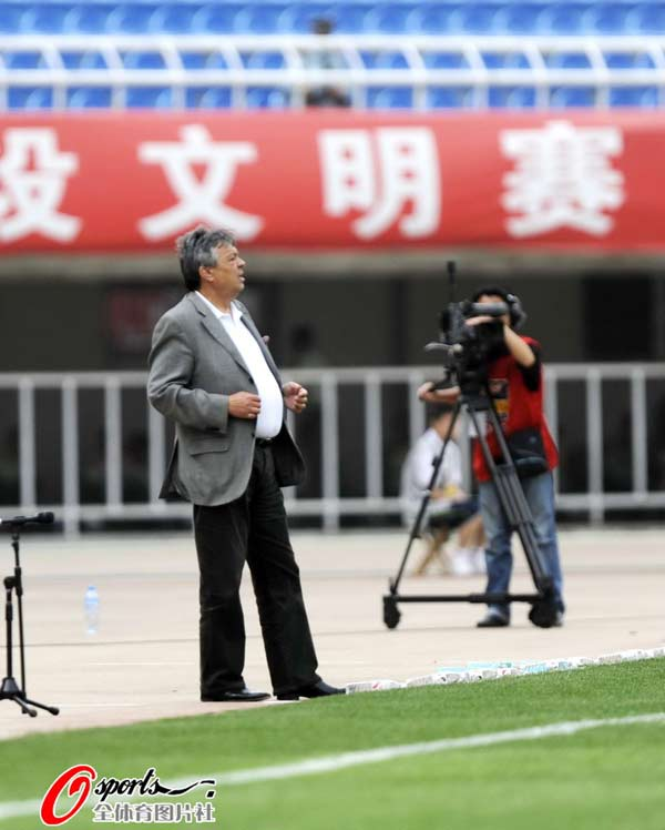 图文:[中超]陕西0-3南昌 科萨很着急