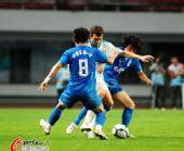 图文:[中超]长沙0-0江苏 双人夹防