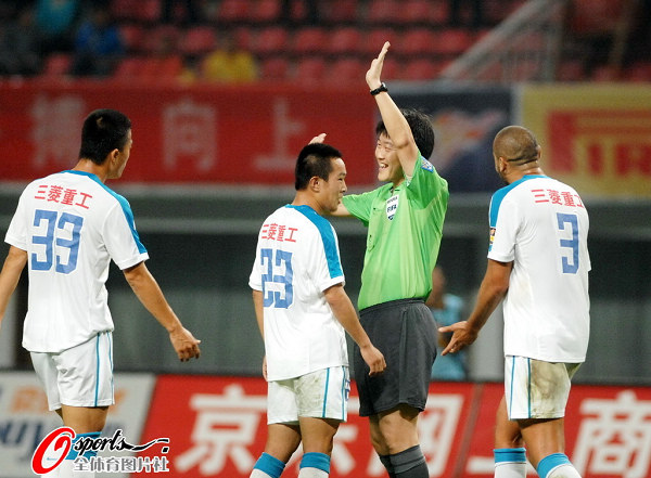 图文:[中超]长沙0-0江苏 裁判解释判罚