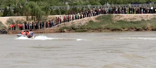 """七里河黄河大桥封闭维修,免费渡船引来很多""""游人"""""""