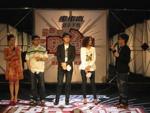 快乐男声沈阳赛区50强评委:仓燕彬(左二)、肖飞(中间)、张楚格(右二)
