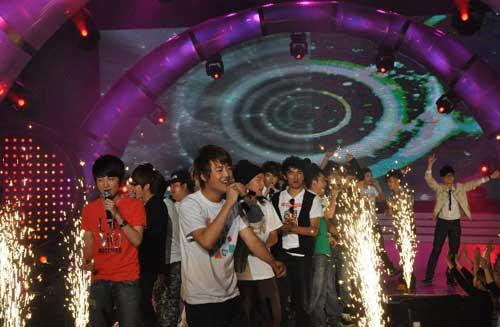 50强集体亮相演唱《梦的怒放》