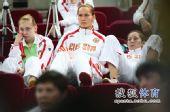 图文:俄罗斯美女队员观战尤杯 三人姿态各异