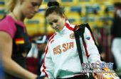 图文:俄罗斯美女队员观战尤杯 与对手擦肩而过