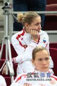 图文:俄罗斯美女队员观战尤杯 侧头打望瞬间