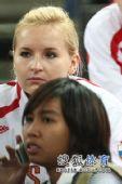 图文:俄罗斯美女队员观战尤杯 关注场上形势