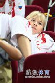 图文:俄罗斯美女队员观战尤杯 关注场上情况