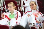 图文:俄罗斯美女队员观战尤杯 手拿助威道具