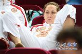 图文:俄罗斯美女队员观战尤杯 观战表情平静
