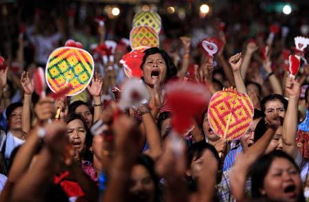 """""""红衫军""""领导人宣布决定时,示威者聚集在街头欢呼庆祝。"""