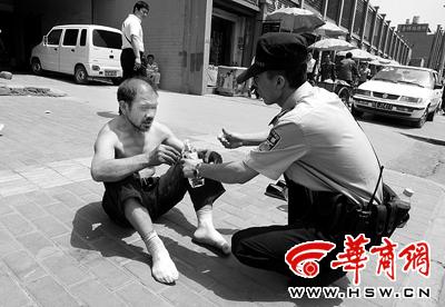 在民警的安慰下,情绪失控的男子稳定了下来本报记者 苗波 摄