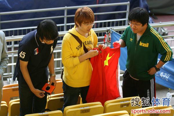 中国球迷展开五星红旗