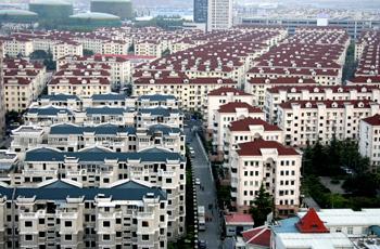 上海市浦东新区耀华路附近一刚刚交付使用的住宅小区(5月9日摄)。据佑威・楼市通及其旗下的楼市专评网联合提供的数据显示,上周(5月3日至5月9日)上海市新房住宅成交量跌破10万平方米,仅为7.1万平方米,为近5年来同期最低,而成交均价依然在2.5万元/平方米以上,未现明显下跌。新华社记者 陈飞 摄
