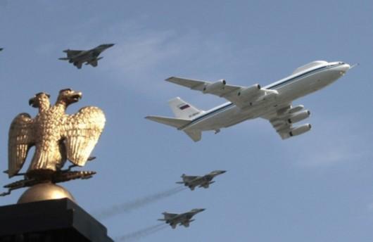 伊尔-80指挥机与米格-29战机编队飞过红场上空