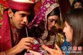 巴基斯坦婚礼奇俗:手捧花圈通宵宴客