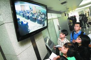 记者们紧盯着大屏幕观察场内投标情况。