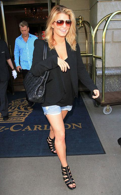 好莱坞街拍第54期:西装配短裤 杰西卡-辛普森