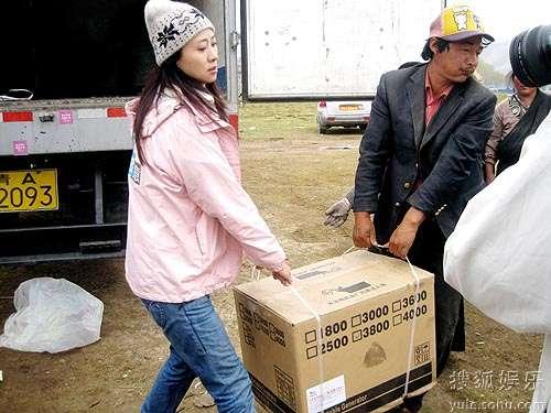 翁虹亲赴玉树与灾民一起搬运物资