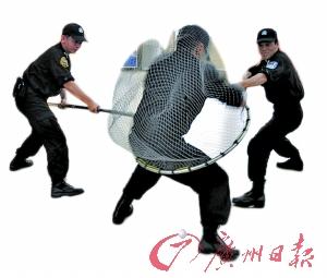 """警方在演示用""""渔网""""制服""""犯罪分子""""。"""