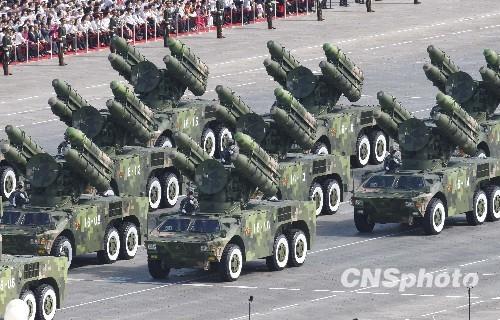 资料图:2009年10月1日,中华人民共和国成立60周年庆祝大会举行盛大阅兵式。图为防空导弹方队通过天安门广场。 中新社发 赵振清 摄