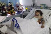 利比亚空难幸存男童能张口说话 见到亲戚露笑容