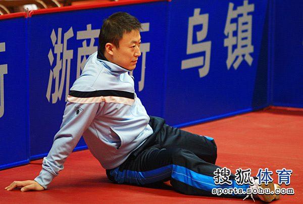 图文:男乒热身赛王皓1-3马龙 马琳热身中